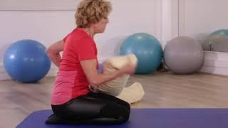 Yoga senior: posture pour étirer son dos 1/2